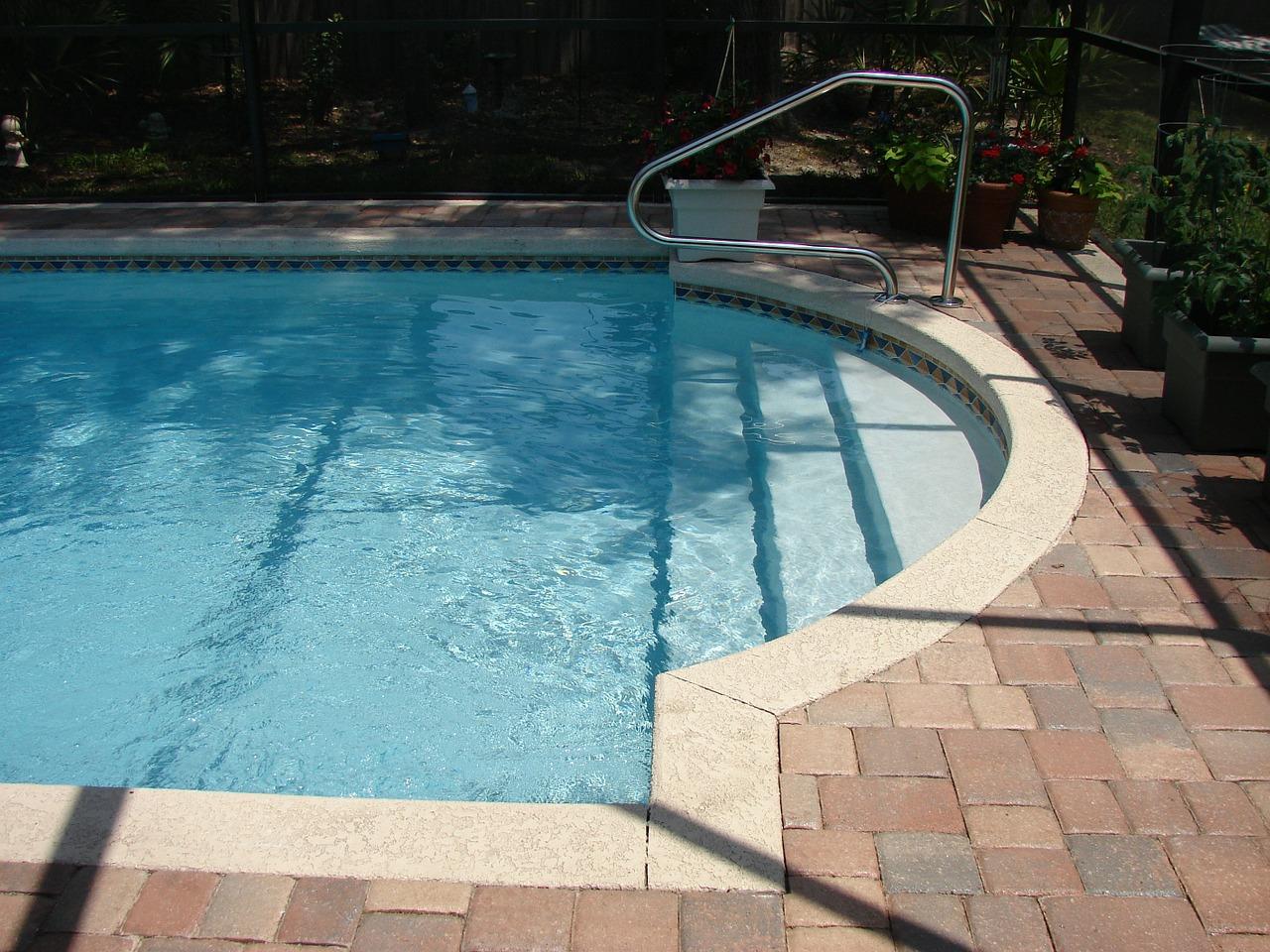 swimming-pool-317453_1280